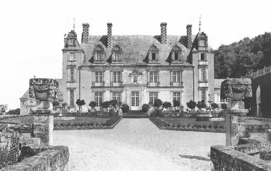 Historical view of the facade and the main courtyard